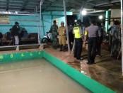 Petugas kepolisian dari Polsek Bayan, Purworejo, saat membubarkan lomba mancing Galatama di sebuah pemancingan di Desa Krandegan, Kamis (2/4) malam - foto: Sujono/Koranjuri.com