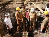 Bupati Gianyar I Made Mahayastra yang didampingi oleh Pejabat terkait saat meletakan batu pertama di proyek pembangunan TK/PAUD di Kelurahan Gianyar, Senin (6/4/2020) pagi - foto: Catur/Koranjuri.com