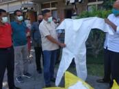 Bupati Gianyar, I Made Mahayastra saat menyerahkan APD kepada Dirut RSUD Sanjiwani Gianyar Dr. Ida Komang Upeksa di Halaman Kantor Bupati Gianyar, Jumat (10/4/2020) - foto: Catur/Koranjuri.com