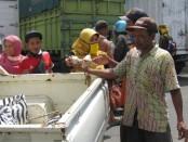 Ribuan nasi bungkus dibagikan Partai Golkar Kabupaten Purworejo, untuk membantu warga terdampak Covid-19, Kamis (16/4/2020) - foto: Sujono/Koranjuri.com