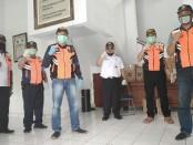 Tim dari Poltrada Bali dan Dishub Kota Denpasar usai serah terima bantuan sembako yang dilakukan secara simbolis di Terminal Ubung, Denpasar, Jumat, 17 April 2020 - foto: Koranjuri.com