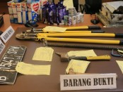 Sejumlah barang bukti yang digunakan oleh pelaku pembobolan Alfamart di Jakarta - foto: Istimewa