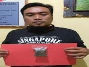 Pelaku Moh Syaihoin Haironi (39) beserta barang bukti saat diamankan di Mapolres Gianyar - foto: Catur/Koranjuri.com