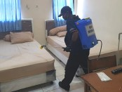 Petugas melakukan dekontaminasi menggunakan cairan disinfektan setelah kamar ditinggalkan pekerja migran yang telah dijemput oleh masing-masing petugas dari Kabupaten/Kota di Bali - foto Istimewa