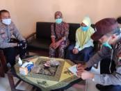 Indah Cahyaningratri, ditemani ibunya, Sri Rahayu, saat menyerahkan sumbangan yang berasal dari tabungannya untuk membantu penanganan Covid-19, Kamis (30/4), dan diterima oleh Kapolsek Banyuurip Iptu Benny Murtopo - foto: Sujono/Koranjuri.com