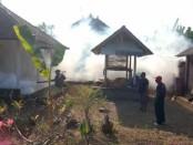 Aktivitas fogging yang dilakukan di Banjar Banda, Desa Saba, Kecamatan Blahbatuh Gianyar, Jumat (1/5/2020) pagi - foto: Catur/Koranjuri.com