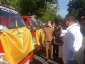Bupati Gianyar, I Made Mahayastra saat mempercikan tirta terhadap bantuan kendaraan, Selasa (12/5/2020) pagi - foro: Catur/Koranjuri.com