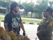 Cuplikan gambar dari video penertiban pedagang oleh Satpol PP Gianyar yang viral di Sosial Media Facebook - foto: Catur/Koranjuri.com
