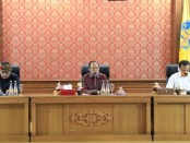 Gubernur Bali Wayan Koster menggelar rapat teleconference dengan Wakil Gubernur Bali Tjokorda Oka Artha Ardhana Sukawati, Pangdam IX Udayana Mayjen TNI Benny Susianto dan Wakapolda Bali Brigjen Pol I Wayan Sunartha dari Gedung Gajah, Jayasabha Denpasar, Jumat (1/5/2020) pagi - foto: Istimewa