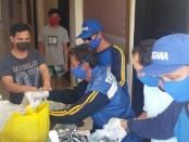 Petugas Tagana saat melakukan pendistribusian makanan ke depan kamar PMI yang dikarantina di Suly Resort and Spa, Mas, Ubud, Senin (25/5/2020) - foto: Catur/Koranjuri.com