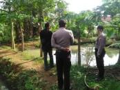 Polisi tengah melakukan olah TKP di kolam ikan milik Rutan Purworejo di Lugosobo, Gebang, Sabtu (30/5/2020) - foto: Sujono/Koranjuri.com