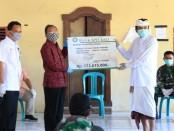 Gubernur Bali Wayan Koster menyerahkan bantuan kepada warga di Banjar Serokadan Bangli - foto: Istimewa