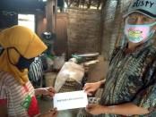 Penyerahan BCL kepada salah satu warga Krandegan - foto: Sujono/Koranjuri.com