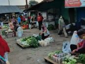 Penataan para pedagang Pasar Suronegaran oleh Pemkab Purworejo, sebagai upaya untuk memutus mata rantai penyebaran Covid-19 - foto: Sujono/Koranjuri.com