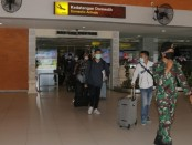 Petugas KKP dan Satgas Penanggulangan Covid-19 dari Prajurit Denkav 4/SP Kodam IX/Udayana melakukan pengamanan, pemeriksaan suhu tubuh serta wawancara singkat terkait riwayat perjalanan penumpang - foto: Istimewa