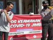 Aiptu I Wayan Kanten saat menjatuhkan sanksi joget kepada warga yang kedapatan tak memakai masker ketika berada di tempat publik - foto: Istimewa