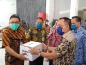 Bupati Purworejo Agus Bastian, saat menyerahkan bantuan masker untuk para ASN yang ada di Kabupaten Purworejo, Selasa (12/5), di kantor bupati, didampingi Ketua Korpri Purworejo, Sukmo Widi Harwanto - foto: Sujono/Koranjuri.com