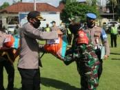 Kapolres Gianyar AKBP I Dewa Made Adnyana saat menyerahkan bantuan paket sembako kepada Babinsa yang nantinya akan diteruskan kemasyarakat, Jumat (15/5/2020) pagi - foto: Catur/Koranjuri.com
