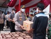 Jajaran Polda Metro Jaya, menyerahkan bantuan secara simbolis kepada perwakilan warga dan tokoh masyarakat di Desa Pasir Sari, Kecamatan Cikarang Selatan, Kabupaten Bekasi, Jawa Barat, Jumat, 15 Mei 2020 - foto: Istimewa