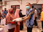Bupati Purworejo Agus Bastian, saat menyerahkan secara simbolis bantuan sembako dari Gubernur Jateng, kepada keluarga penerima manfaat (KPM) terdampak Covid-19, Jum'at (22/5/2020) foto: Sujono/Koranjuri.com