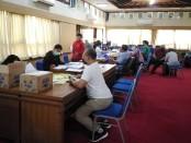 Petugas Disdikpora Provinsi Bali kebut proses verifikasi data siswa calon penerima bantuan sosial tunai pendidikan, Jumat, 22 Mei 2020 - foto: Koranjuri.com