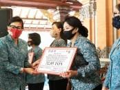 Ketua TP PKK dan Dekranasda Bali Putri Suastini Koster menyerahkan bantuan secara simbolis kepada para Ketua TP PKK/Dekranasda kabupaten/kota se-Bali di Rumah Jabatan Gubernur Bali Jayasabha Denpasar, Sabtu (23/5/2020) - foto: Istimewa