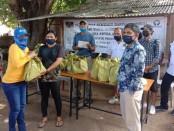 Ombudsman RI Perwakilan Bali dan komunitas wartawan Pena NTT menyalurkan bantuan sembako kepada warga NTT di pesisir Tanjung Benoa akibat covid-19, Minggu (25/5/2020) - foto: Istimewa