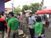 Satpol PP Kabupaten Purworejo, menutup akses masuk ke kompleks Purworejo Plaza di jalan Veteran, Purworejo Kota, Kamis (28/5/2020) - foto: Sujono/Koranjuri.com