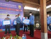 Penyerahan bantuan CSR dari BPR BKK Karangmalang Sragen foto: Istimewa