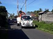 Petugas dari gabungan PMI Gianyar dan Provinsi Bali serta BPBD Gianyar saat melakukan penyemprotan di Desa Selat Samplangan, Selasa (9/6/2020) pagi - foto: Catur/Koranjuri.com