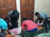 Petugas dari Polsek Banyuurip, saat mengevakuasi jenazah korban - foto: Sujono/Koranjuri.com