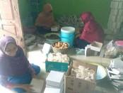 Dapur umum Desa Krandegan ini, setiap harinya memasak dan mendistribusikan ratusan porsi makan untuk warganya yang berkategori merah (sangat miskin) - foto: Sujono/Koranjuri.com