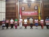 Penyerahan Bantuan Sosial Tunai Sumbangan Pembinaan Pendidikan (BST-SPP) secara simbolis kepada seluruh siswa sekolah swasta di Bali, Kamis, 4 Juni 2020 - foto: Koranjuri.com