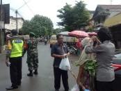 Petugas dari Polsek Kutoarjo, Purworejo, gencar lakukan pendisiplinan terhadap masyarakat, menuju new normal, dengan mensosialisasikan pentingnya protokol kesehatan untuk Covid-19 - foto: Sujono/Koranjuri.com