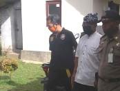Petugas dari Satpol PP Gianyar saat mengamankan ODJG atas nama Gusti Griwa di kediamannya Banjar Triwangsa, Tampaksiring, Jumat (5/6/2020) pagi - foto: Catur/Koranjuri.com