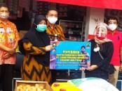 Wakil Bupati Purworejo, Yuli Hastuti, saat menyerahkan bantuan  kepada sejumlah pelaku Usaha Mikro Kecil Menengah (UMKM) Kabupaten Purworejo, Jum'at (5/6/2020) - foto: Sujono/Koranjuri.com