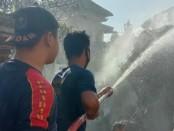 Petugas Pemadam Kebakaran Kabupaten Gianyar saat berusaha memadamkan api, Senin (8/6/2020) pagi - foto: Catur/Koranjuri.com