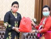 Ketua TP PKK Bali Putri Suastini Koster (kiri) menerima dukungan paket sembako dari Balai Besar Pengawas Obat dan Makanan (BBPOM) di Denpasar yang diserahkan oleh Kepala BBPOM Denpasar Ni Gusti Ayu Nengah Suarningsih di Jayasabha Denpasar, Kamis, 11 Juni 2020 - foto: Istimewa