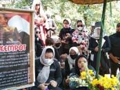Yan Velia ziarah di makam almarhum suaminya, Didi Kempot , di TPU Desa Majasem, Kecamatan Kendal, Ngawi, Jawa Timur - foto: Koranjuri.com