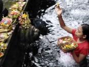 Peziarah saat melakukan persembahyangan di Pura Tirta Empul, Tampaksiring, Gianyar - foto: Ilustrasi/Koranjuri.com