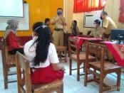 Kepala SMP N 4 Purworejo, Drs Eko Partono, M.Pd, saat memantau pelaksanaan PPDB online di sekolahnya, didampingi salah satu anggota komite sekolah, Muhlasin, Senin (15/6/2020) - foto: Sujono/Koranjuri.com