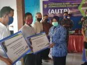 Wabup Purworejo Yuli Hastuti, saat menyerahkan klaim asuransi AUTP kepada 108 petani di wilayah Kecamatan Grabag, Rabu (17/6/2020) - foto: Sujono/Koranjuri.com