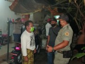 Sidak masker dan duktang yang dilakukan oleh Satpol PP Gianyar dengan pihak Desa setempat di Desa Saba, Blahbatuh, Gianyar, Kamis (18/6/2020) malam kemarin - foto: Catur/Koranjuri.com