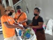Warga Banjar Apuh, Desa Lodtunduh, Kecamatan Ubud saat menukarkan sampah plastik menjadi beras di balai banjar setempat, Minggu (21/6/2020) - foto: Catur/Koranjuri.com