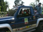Wabup Purworejo Yuli Hastuti, saat menaiki jeep menuju lokasi wisata  Curug di Kaliurip, Kemiri, dalam kegiatan sosialisasi dan simulasi para pelaku pariwisata Purworejo sesuai protokol kesehatan di Era New Normal, Selasa (23/06/2020) - foto: Sujono/Koranjuri.com