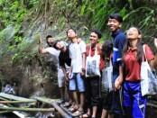 Sekelompok remaja yang berwisata di Desa Taro - foto: Catur/Koranjuri.com