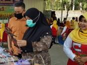 Wabup Purworejo Yuli Hastuti, didampingi Kepala KUMKMP Bambang Susilo, dan Ketua Koperasi Wanita Srikandi Sri Susilowati, saat mengunjungi stand UMKM, dalam kegiatan Silaturahmi Kelompok UMKM Pembuat Masker, di CPU Wonoroto Kopwan Srikandi  pada Sabtu (27/6/2020) - foto: Sujono/Koranjuri.com