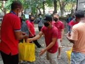 Anggota DPR RI Komisi XI Ahmad Johan  menyerahkan bantuan sembako kepada 21 kepala keluarga (KK) dari Komunitas Basis Gerejani (KBG) Lingkungan Thomas Aquino Paroki Katedral Denpasar, Minggu, 28 Juni 2020 - foto: Istimewa