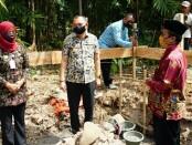Bupati Purworejo Agus Bastian, pada peletakan batu pertama  pembangunan gedung BUMDes Bergema di Desa Popongan, Banyuurip, Kamis (16/07/2020) - foto: Sujono/Koranjuri.com