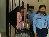 Lauhia Hamis Mtinange (34) saat dikeluarkan dari tahanan Rumah Detensi Imigrasi Denpasar untuk proses deportasi, Sabtu (18/7/2020) - foto: Istimewa